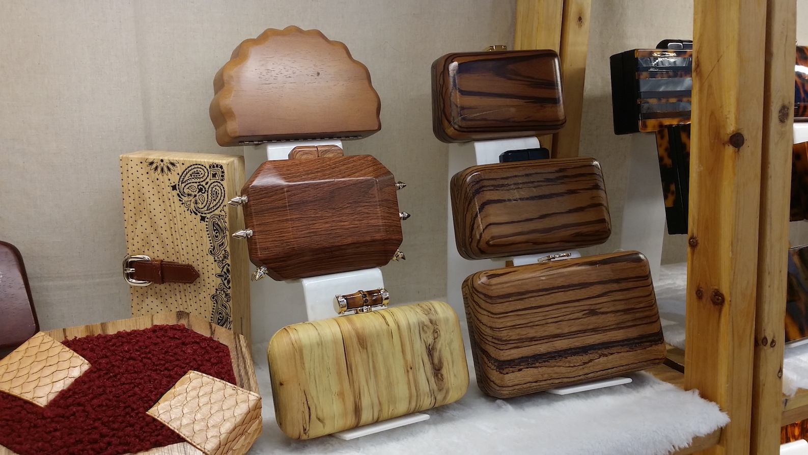Alcune scatole con finitura legno massello in varie forme e tonalità