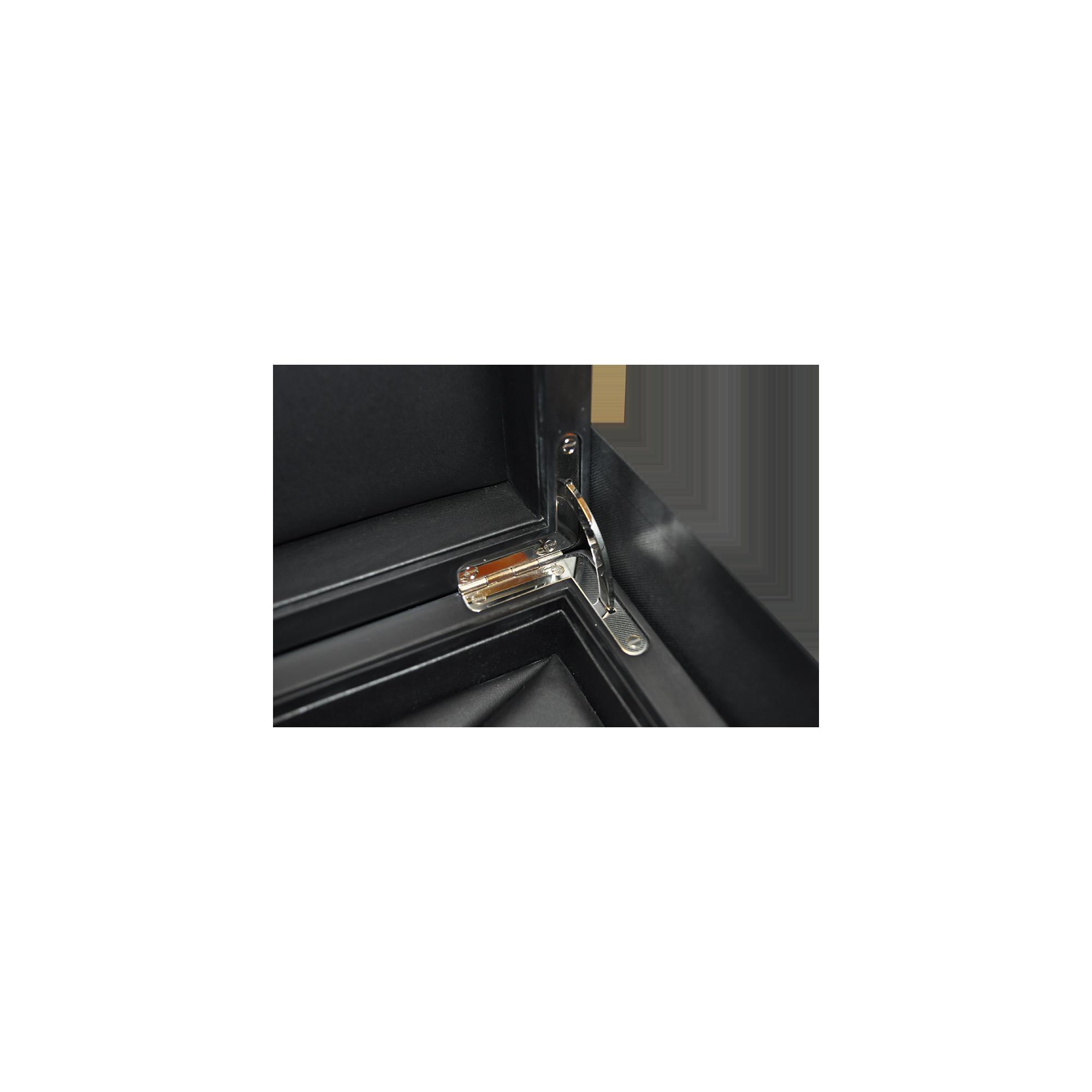 Dettaglio della cerniera ad archetto cromata