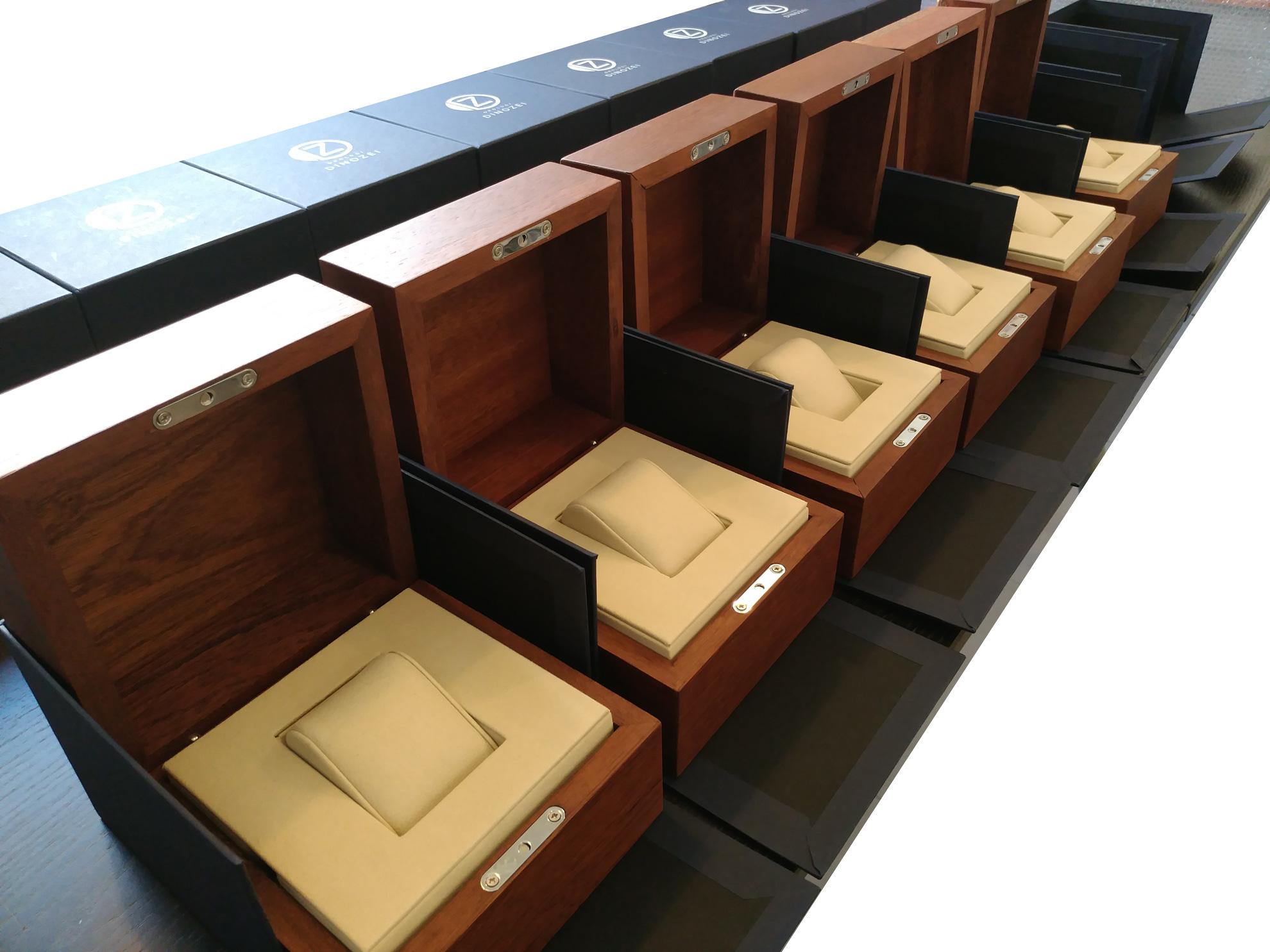 Fila di Scatole personalizzate personalizzate realizzate in legno massello di mogano